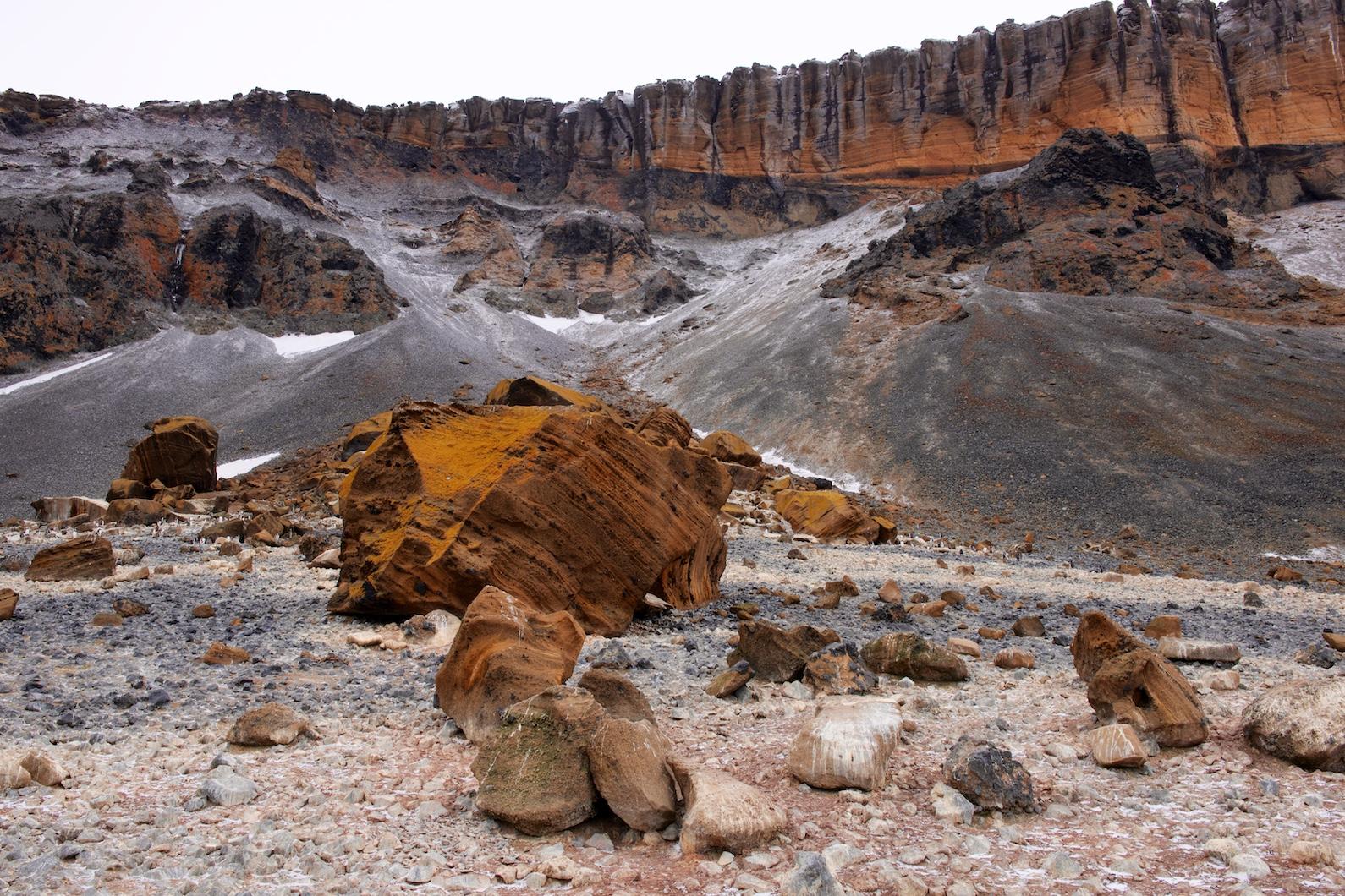 Interessante von Vulkanspuren durchsetzte Gesteinsschichtungen