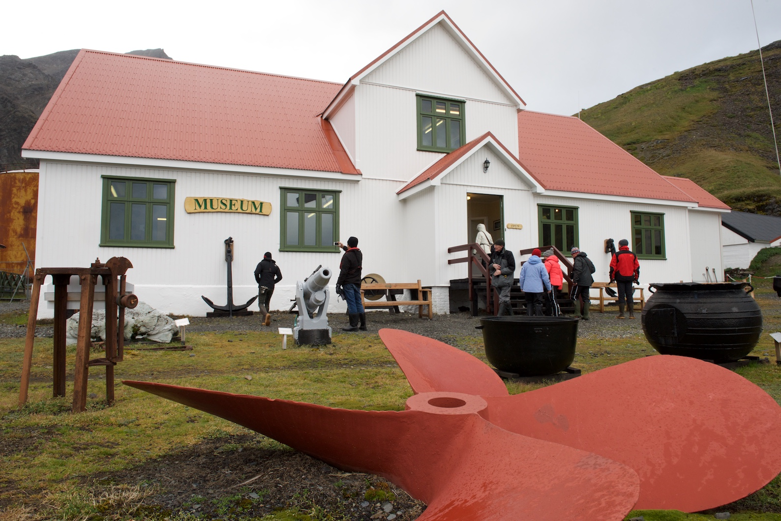 Grytviken gehört zu England und war früher Hauptort des britischen Überseegebiets Südgeorgien und Südliche Sandwichinseln.